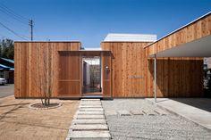 C'est dans la préfecture de Kanagawa au Japon que cette maison en bois a vu le jour. Dû à un environnement urbain très chargé et à une multiplication des constructions, les architectes ont conçu une maison qui puisse abriter un patio et des pièces au calme et à l'abri des regards.