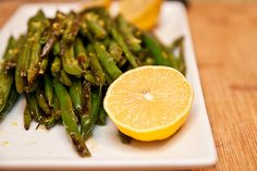 Roasted Green Beans- one of the best green bean recipes ever! Healthy Side Dishes, Side Dish Recipes, Great Recipes, Favorite Recipes, Healthy Recipes, Vegetable Dishes, Vegetable Recipes, Roasted Green Beans, Green Bean Recipes