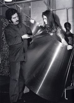 The Space Age - Paco Rabanne & Pierre Cardin Paco Rabanne, Givenchy, Balenciaga, Mary Quant, 60s And 70s Fashion, Pop Fashion, Culture Art, Pop Culture, Miss Sixty