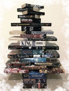 This simple Christmas tree made from books -- all by Stephen King -- is a fun Christmas decor idea that could decorate the house year-round! Stephen King It, Steven King, Book Christmas Tree, Book Tree, Simple Christmas, Xmas Trees, Halloween Christmas, Stanley Kubrick, King Quotes