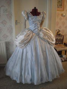 Lorena:  Ella necesita ser capaz de moverse mucho y el vestido necesita tener algo para sujetar una espada