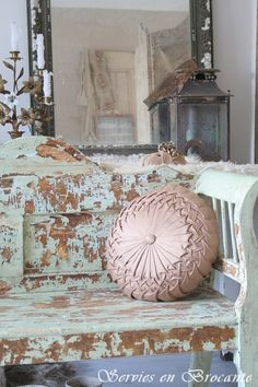 Grote bank/ Big bench Servies & Brocante Church Pew Bench, Church Pews, Old Benches, Pink Palette, Peeling Paint, Aged To Perfection, French Farmhouse, Pillow Talk, Sofa Chair