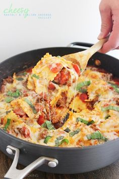 CHEESY RAVIOLI AND ITALIAN SAUSAGE SKILLET – This #OnePotPasta meal is easy and scrumptious!