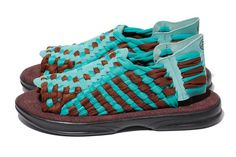 Stussy collabore cet été avec la marque de San Diego Chubasco pour réaliser une nouvelle paire de sandales. Inspirée par la célèbre Huarache de Nike, la paire rend hommage au Mexique avec son tissage traditionnel.