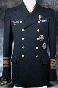 これはドイツ北ヨーロッパ帝国海軍の通常軍装のリーファージャケットです。階級は大佐です。 これは東ドイツ海軍改造制服ではなく、西ドイツ製レプリカ品制服ですが、これはアイスランド製レプリカ品制服です。 前わせはダブル10個ボタン4掛け(民間の背広と言えば6つボタン2掛け)です。ボタンとポケットの位置は高い、ゴージラインは肩線平行ハイゴージです。襟幅は12㎝です。袖章の位置は高いです。ボタンは西ドイツ海軍(ドイツ連邦海軍)です。生地の色は濃紺色のフランネルです。 多くの士官と提督が採用されました。これは東ドイツ軍改造制服ではありません。 バンカラなデザイン。