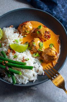 These clean eating Thai Chicken Meatballs with Satay Peanut Sauce are lightly spiced, juicy and melt in your mouth, & the peanut sauce is so deliciously moreish you'll want to lick the plate. Eating Thai Chicken Meatballs with Peanut Sauce Asian Recipes, Healthy Recipes, Thai Curry Recipes, Thai Food Recipes, Easy Japanese Recipes, Fast Recipes, Healthy Breakfasts, Chicken Meatballs, Veggie Meatballs