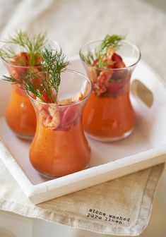 Tomatenmousse met rivierkreeftjes - Dishcover Mousse, Party Finger Foods, Appetisers, High Tea, Food Plating, Tapas, Family Meals, Food Inspiration, Appetizer Recipes