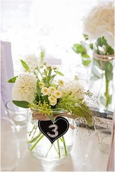 weiße Tischdekoration - Rustikale DIY Hochzeit von candid moments | Hochzeitsblog - The Little Wedding Corner