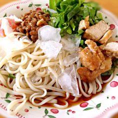 今日のお昼ごはん♪ うどんの上に鶏肉、納豆、卵、サラダ菜をのっけてボリューム満点‼ おいしかったです☆*:.。. o(≧▽≦)o .。.:*☆ これから勉強スタート( *`ω´) - 20件のもぐもぐ - サラダうどん by mayu0605