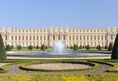 Voici le palais de Versailles. Versaille est le décor de l'histoire.