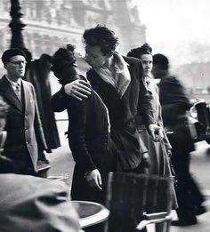 """""""Le baiser de l'hôtel de ville"""", de Robert Doisneau La baiser, 1er contact charnel entre 2 personnes qui amène à l'éveil de tous les sens."""