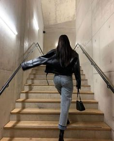 Pose for jeans stair pose posing ideas Source by lastseenwearing Edgy Outfits ideas Jadore jeans lastseenwearing pose posing Source stair Edgy Outfits, Mode Outfits, Fashion Outfits, Fashion Tips, Fashion Trends, Look Fashion, Winter Fashion, High Fashion, 80s Fashion
