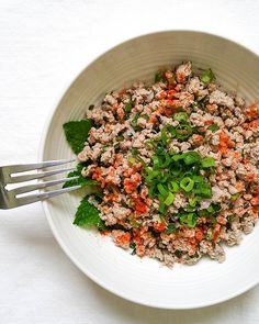 Quick, simple, extremely delicious Thai Larb (minced meat) Salad that is ready 20 minutes, served with lettuce or over rice/quinoa. Perfect for the summer! Healthy Weekly Meal Plan, Healthy Meals To Cook, Healthy Cooking, Healthy Eating, Healthy Recipes, Larb Salad, Thai Larb, Power Salad, Meat Salad