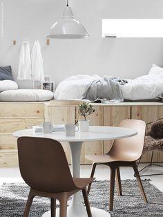 I ett compact living hem passar det runda bordet DOCKSTA fint tillsammans med nya stolen ODGER som kommer till IKEA i höst!