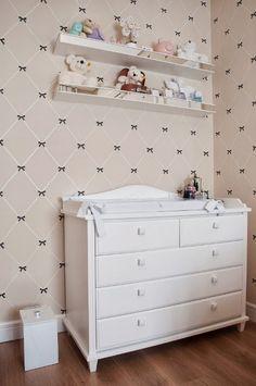 Um mimo de quarto! Amamos a estante e o papel de parede também!