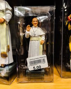 #popefrancis #papefrancois #papafranku #pope #pape #vatican #funny #sculpture #art #artsy #absurd #ridiculous #travel #discovery…