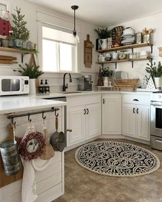 Kitchen countertops are an important part of a kitchen. Make your kitchen beautiful with these kitchen decoration countertops that are gorgeous and durable. Farm Kitchen Ideas, Farmhouse Style Kitchen, Kitchen Redo, Rustic Kitchen, Country Kitchen, Vintage Kitchen, Kitchen Remodel, French Farmhouse, Rustic Farmhouse