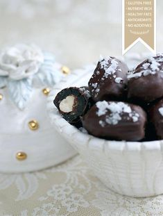 Sweet dates with hazelnuts and seasalt Chocolate Drip, Melting Chocolate, Chocolate Covered, Raw Food Recipes, Snack Recipes, Munnar, Pretty Box, Lchf, Homemade Gifts