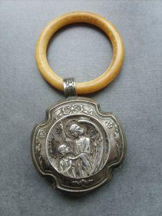Ancien hochet ange médaille catholique de berceau en métal argenté argenté