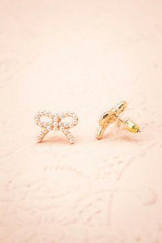 Massepain ♥ La symétrie de ces adorables boucles charmera pour vous.   The symmetry of these pretty bows will charm for you.    Dimensions: 2 cm x 1.5 cm