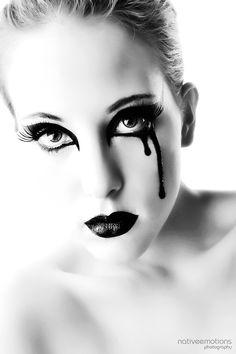 Special Black MakeUp:: - ooo, extra creepy dripping from the eye! Nose Makeup, Cat Eye Makeup, Scary Makeup, Diy Halloween Makeup Effects, Dark Halloween Makeup, Black Makeup Looks, Black Eye Makeup, Grim Reaper Makeup, Creative Eye Makeup