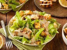 So lecker: Rezept für Caesar Salad http://www.fuersie.de/kochen/rezeptideen/artikel/rezept-amerikanischer-caesar-salad-mit-haehnchenbrust