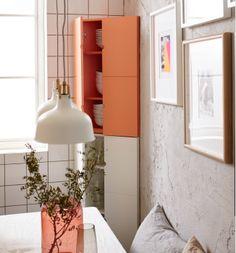 Imagem de pormenor do armário de canto IKEA PS, cheio de loiça branca.