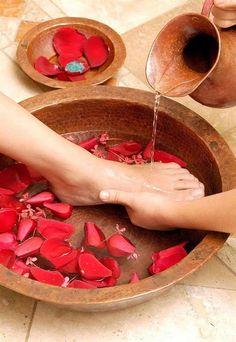 selber machen 10 Benefits of Foot Massage Massage Room, Foot Massage, Manicure Y Pedicure Spa, Deco Spa, Soul Spa, Mascara Hacks, Kids Spa, Nail Salon Decor, Spa Design