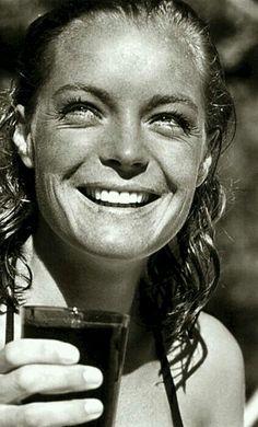 """Photo iconique de Romy sur le tournage de """"La piscine"""", été 1968 ... Ses cheveux sont mouillés, son sourire est somptueux, ses quelques rides autour des yeux sont magnifiques, le verre qu'elle tient à la main devient précieux !"""