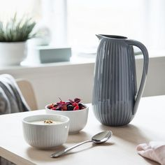 Use the anthracite Hammershøi serving jug for both cold and hot liquids – for example, lovely summer lemonade – or maybe cold buttermilk soup?