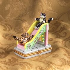 Limoges Cats Playing Box The Cottage Shop - Old & New & Beautiful/Altes & Neues & Schönes - Leuke kat Cute Box, Pretty Box, Pill Boxes, Cat Boxes, Objets Antiques, Ceramic Boxes, Bottle Box, Glass Boxes, Tiny Treasures