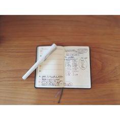 先週の能率手帳。日々の雑記帳として使ってみています。嬉々としてkakunoで書き始めたけど、あれ?裏抜けする。能率手帳ユーザーの方々はみんな「万年筆で書いても裏抜けしない!すごい!」ていう感想を書いてらしたので調べてみたら普及版とゴールドは紙質も違うのですね。ますますゴールドを使ってみたくなりました。LAMYsafariは裏抜けがまだマイルドなのでしばらくはsafariで。 ところで、safariのローラーボールの軸にジェットストリームの芯を入れるというワザを知ってやってみたくなっています。safariのボールペンの持ちやすさで極細ボールペンにできるのは魅力的。