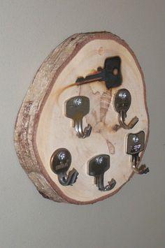 Naar een ideetje op Welke: Sleutelbordje van een pla(n)kje van een berk. Sleutels warm maken en buigen. De bovenste is heel heet gemaakt en erin gebrand.