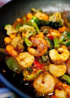 Camarões de Valência Ingredientes: 1 k de camarões médios, limpos e temperados com sal e limão. 3 a 4 xícaras de legumes mistos (brócolis, pimentão vermelho, pimentão verde