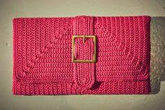 Olá! Como prometi, no vídeo abaixo eu mostro como eu faço o forro estruturado das carteiras de crochê, sem a necessidade do uso da máquina ...