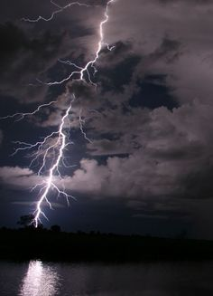 Mother Nature can be both deadly and beautiful at the same time. Nothing illustrates this better than a lightning storm. Pictures Of Lightning, Storm Pictures, Cool Pictures, All Nature, Amazing Nature, Thunder And Lightning, Lightning Storms, Wild Weather, Thunderstorms