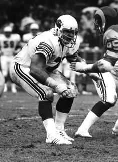 Cardinals' tackle Dan Dierdorf sets up to block the Rams St Louis Cardinals Football, Cardinals Nfl, Football Photos, Sport Football, Football Helmets, Big Lee, La Rams, Nfl History, Football Conference