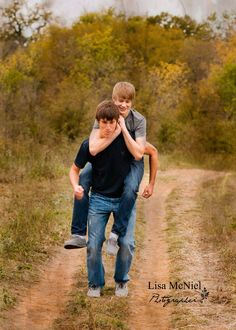 For teenage brothers poses photography picture ideas teen photography, sibl Sibling Photo Shoots, Boy Photo Shoot, Sibling Photos, Sibling Photography, Photo Poses, Photography Ideas For Teens, Image Photography, Shooting Photo Famille, Brother Poses