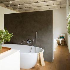 Baño con bañera exenta integrado en el dormitorio