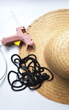 DIY Straw Hat  A really easy DIY you can do in 5 minutes! I am not joking. Check it out for your next vacay!