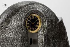 Tischuhr Designeruhr Uhr Unikat - Serienmodell aus patiniertem Stahl, gefertigt in Handarbeit in Berlin. Die Plastik ist mit einem französischen Werk von A&A aus dem Jahr 1880 ausgestattet. clock. steel.