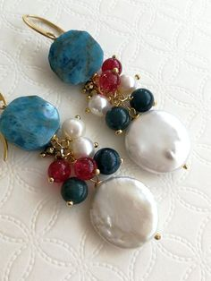 7e180430c7e4 Orecchini pendenti con pietre dure apatite e perle naturali coin. Chiusura  a monachelle in argento