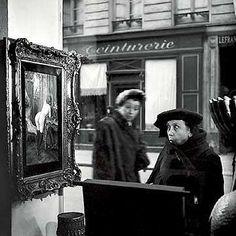 "© Robert Doisneau ""La Dame Indignée,"" Vitrine Galerie Romi, Paris, Robert Doisneau's Love Affair with the Streets Alfred Stieglitz, Robert Doisneau Photos, Great Photos, Old Photos, Street Photography, Art Photography, Vintage Photography, Saint Yves, Edward Steichen"