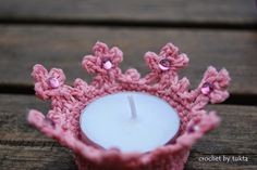 crochet tealight cover - I would only use electric lights or put candles in a glass! - with crochet chart - by Crochet by Tukta: cutie couple Crochet Christmas Decorations, Crochet Ornaments, Holiday Crochet, Crochet Box, Crochet Chart, Candle Holder Decor, Crochet Home Decor, Crochet Kitchen, Crochet Magazine