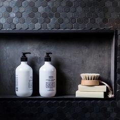 Détail niche sal le de bain en mosaïque noire, très chic | bathroom niche detail, black Monaco | BLUE Michelle & Steve | Week 2 Room 2 | Powder RoomThe Block Shop - Channel 9
