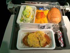 デルタ航空(DL)の機内食 | カツ丼(Katsu-don)、ですね。