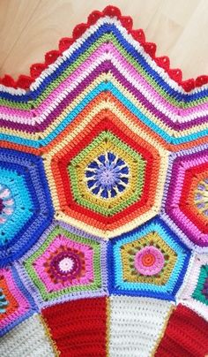 One of this week's Featured Favorites at the Tuesday PIN-spiration Link Party is Granny-Spiration Challenge 02/2017: Carousel Blanket crocheted by Sandra of Crochet Fever. It is a stunning finished blanket! The links to the CAL which is also available in English are included in her post here: