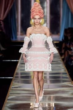 Moschino Fall 2020 Ready-to-Wear Fashion Show - Vogue Fashion Week, Runway Fashion, High Fashion, Fashion Tips, Milan Fashion, Fashion Hacks, Bridal Fashion, Fashion 2020, Daily Fashion
