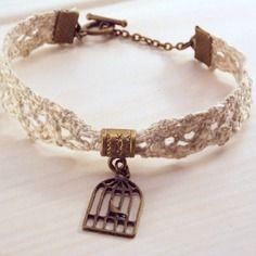 Bracelet dentelle beige avec bélière et cage d'oiseau bronze. #lace #jewel #bird cage