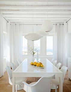 sillas tulipa blancas  comedor mesa blanca y 3 lámparas